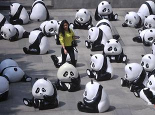 商场门前摆众多熊猫雕塑吸人眼球