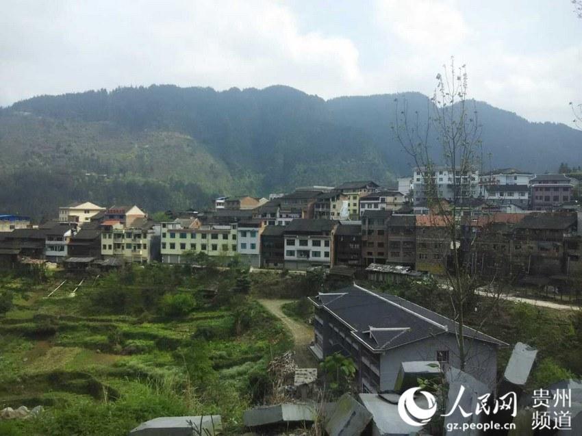 下午两点半的南寨镇,宁静而祥和,地震似乎和这里扯不上什么关系。(真实图片由黔东南广播电视台提供)