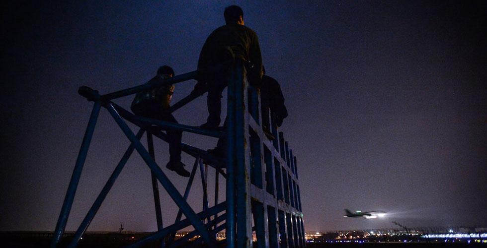 世界最大太阳能飞机飞临重庆 众人深夜围观(组图)