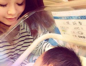 日本17岁人气模特宣布当妈 晒儿子照片