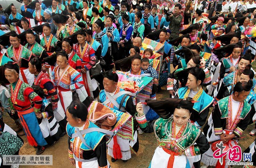 参加祭祀活动的苗族夜郎竹王后裔穿戴整齐,列队进入祭祀场地。中国网图片库 卢维/摄
