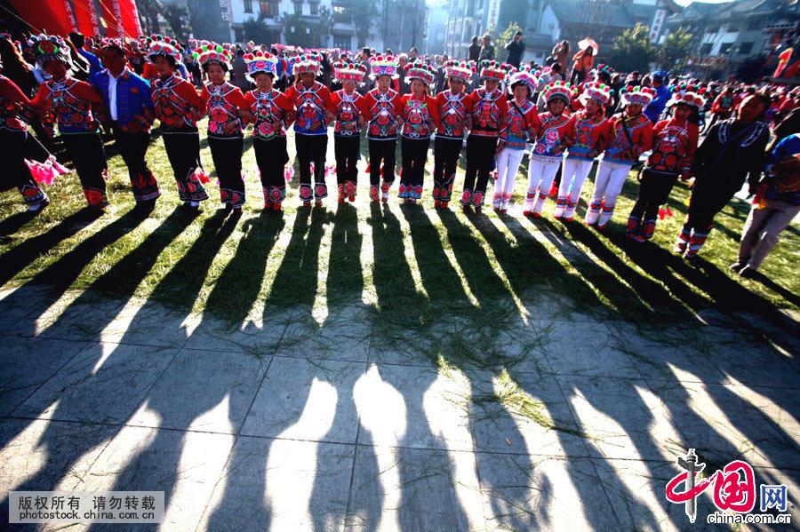"""云南省楚雄彝族自治州彝族群众在彝人古镇跳起欢快的""""左脚舞""""。"""