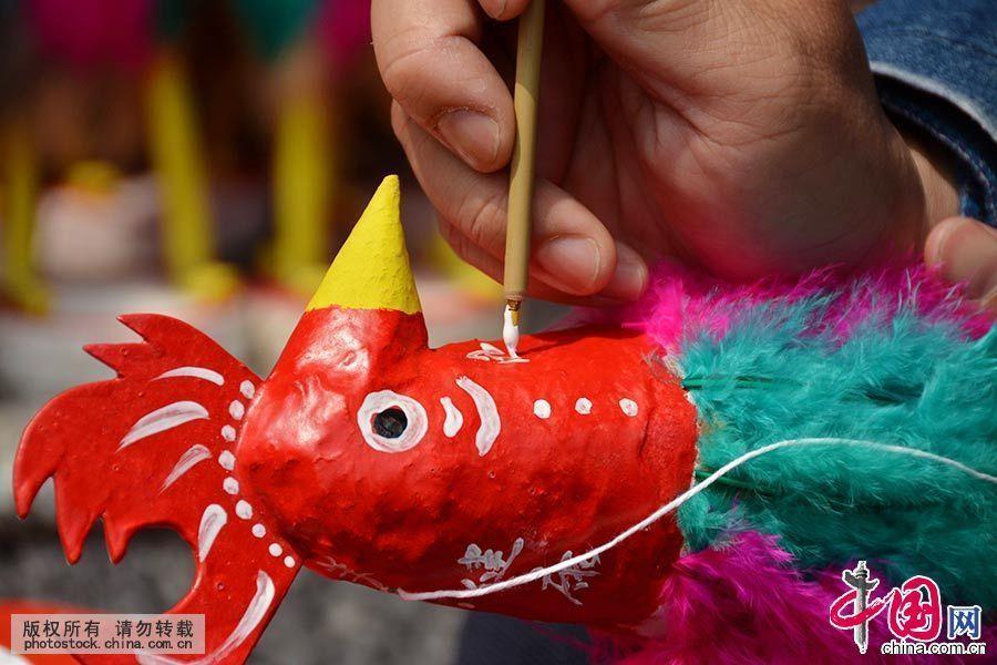 一位市民在选好的菠萝鸡上写下自己的心愿。中国网图片库 许建梅/摄