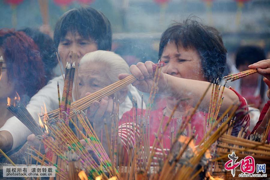 """在""""波罗诞""""正诞日,众多市民前往南海神庙上香祈福。中国网图片库 许建梅/摄"""
