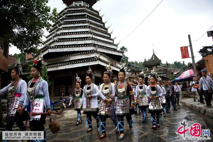 侗族是一个爱美、善于创造美,富有浪漫诗情的民族。侗族 少数民族 织布 银饰 项链 民族服饰 116596