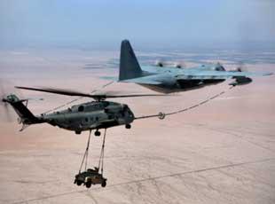 美軍直升機吊裝悍馬仍能從容空中加油
