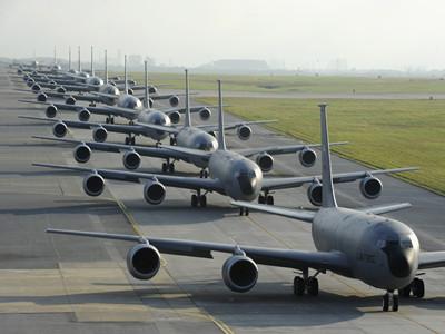 """美軍KC135加油機在日本嘉手納基地玩""""象步"""""""