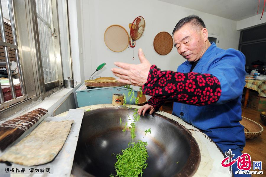自幼沐茶染香的葛老,无论种、炒、评、品茶,皆凭独门祖艺,而茶园、茶坊即为其家常生活所在。