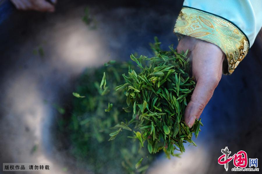 """祖传手工制茶运用""""抖、带、挤、甩、挺、拓、扣、抓、压、磨""""十大古法,茗香源自天人合一,茶品融合手感乡情。"""