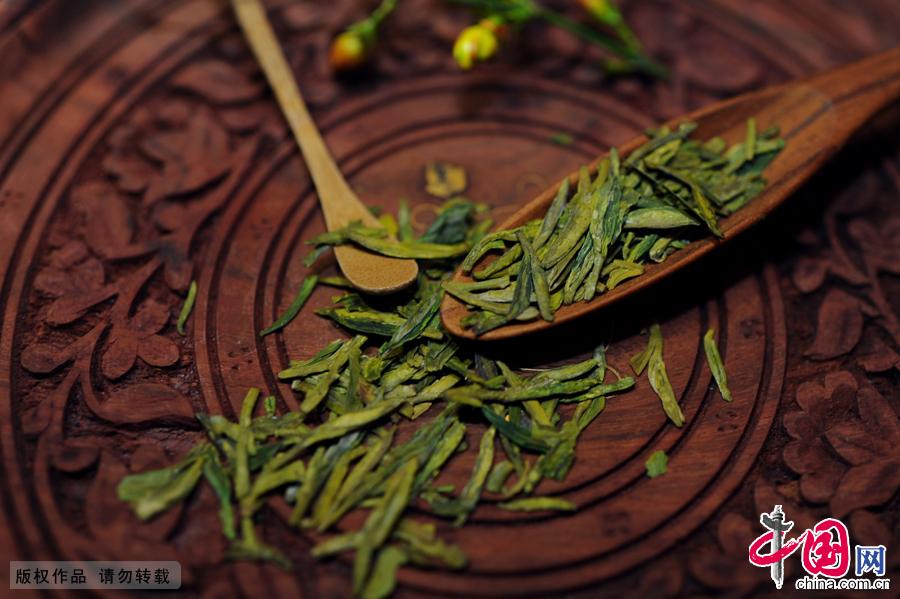 清明可以说是茶叶价格的分水岭。炒制完的明前龙井茶香气扑鼻,售价也可以达到3000元/斤以上