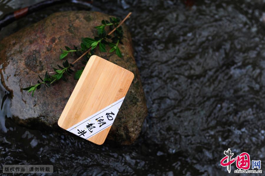 对于茶农来说,茶盒的选用也是很讲究的。许多人来村里买茶,如果是自己喝的茶叶,讲究实惠,包装简单,年轻人比较喜欢。