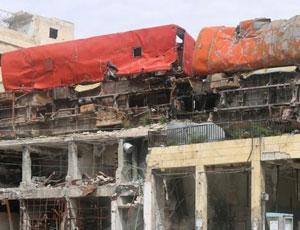 敘反對派將廢棄公交搬上屋頂 阻擋狙擊手視線