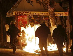 希臘民眾抗議監獄政策 與防暴警察激烈衝突