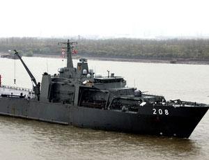 新加坡堅決號登陸艦首訪上海