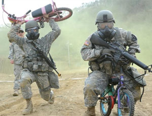 美韓士兵一本正經騎兒童自行車
