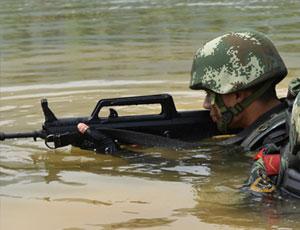 武警特戰隊員從水中潛伏出沒