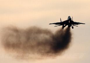 米格29飛行時噴出滾滾黑煙 被戲稱'燒煤'