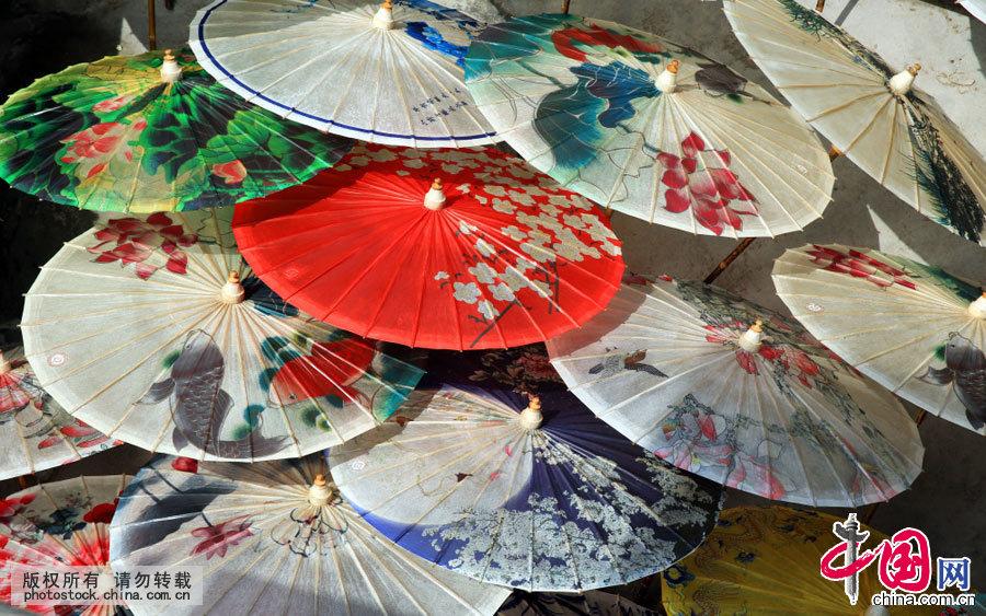 作为经久耐用的中国传统雨具,油纸伞在我国使用历史已经1000多年。