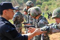 特警隊員軍營傳授實戰技能