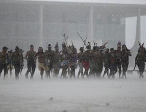 巴西原住民抗议土地问题 暴雨中起舞射箭