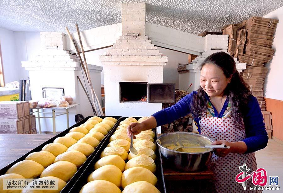 在列吧房里,一位居民正在制作大量的列吧来满足节日的需要。中国网图片库 于文斌/摄
