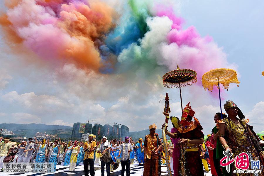 4月13日,云南省西双版纳傣族自治州在景洪市举行盛大的傣历1377年新年节庆大会,当地群众和国内外游客近万人参加了庆祝大会。傣历新年,是西双版纳傣族群众最隆重的传统节日之一。 中国网图片库 郝亚鑫/摄