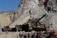 解放軍坦克在峭壁上行進