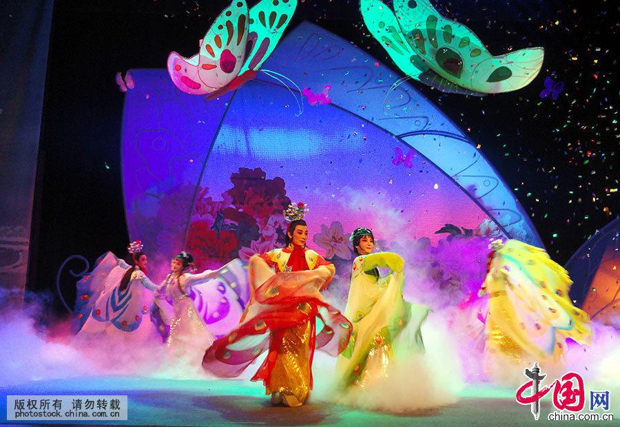 自西晋以来,梁祝传说在民间流传已有1700多年,是中国最具魅力的口头传承艺术,也是唯一在世界上产生广泛影响的中国民间传说。图为演员在苏州表演越剧明星版《梁山伯与祝英台》(资料图)。中国网图片库 王建康/摄