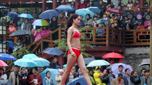 比基尼大赛选美下乡 村民冒雨撑伞围观
