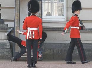 尴尬!英皇家卫兵换岗过程中摔倒引围观