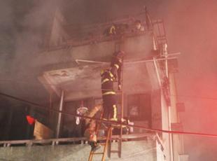 民房起火 消防'梯连梯'救7人
