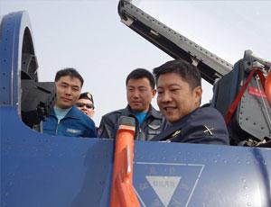 新加坡三軍總長坐上殲10座艙