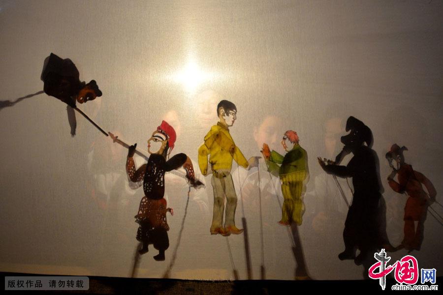 有一种艺术,作为戏剧,比莎士比亚早1800年;作为影像,比卢米埃尔发明的电影早2100年,这种艺术就是中国独有的皮影戏。中国网图片库 郝群英摄