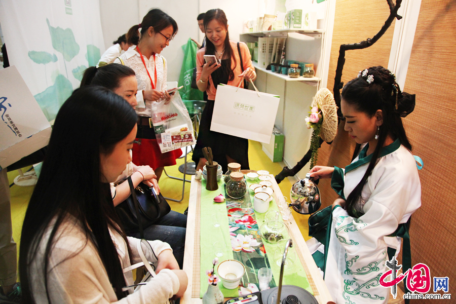 4月23日,第六届中国国际茶业及茶艺博览会在全国农业展览馆开幕,图为观众在博览会现场品茶。 中国网记者 李佳摄影