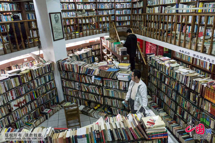 为了拓展有限的空间,中间木质楼梯上方的夹层也摆满了旧书,店内的通道