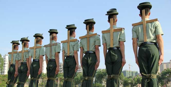 廣西邊防戰士練軍姿 綁腿背十字架定臂