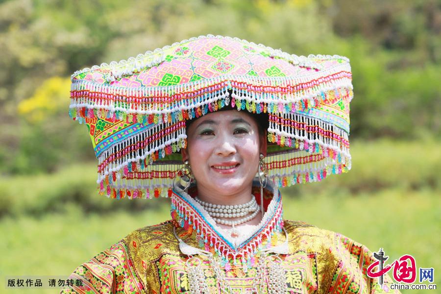 素苗的盛装头饰。中国网图片库 卢维摄