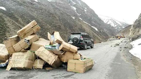 318国道西藏日喀则境内路段塌方 物资进入受阻