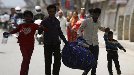 尼泊尔余震不断 民众疏散
