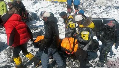 直升机抵珠峰转移受困者至大本营