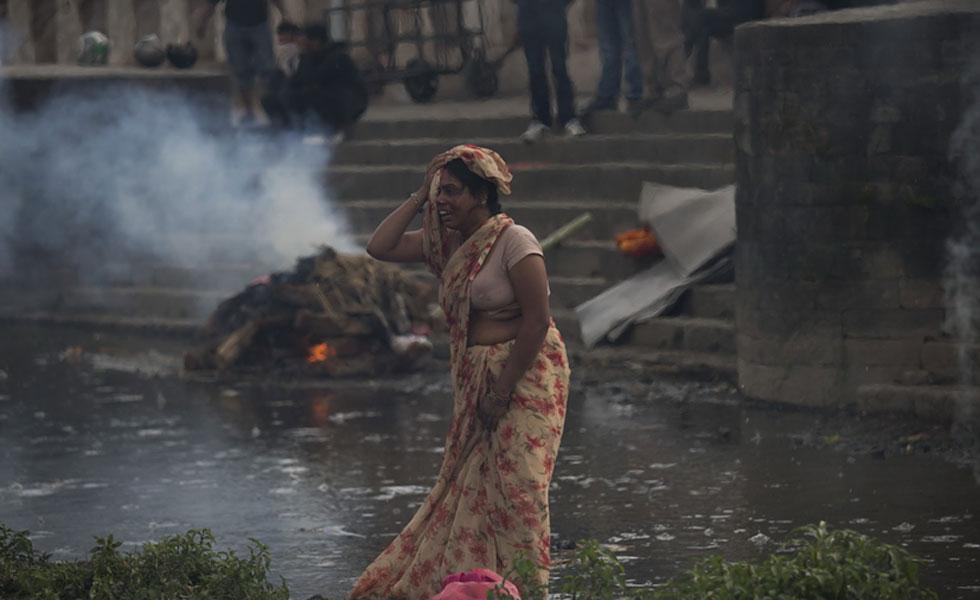 尼泊尔街头满目疮痍 公园成临时火葬场