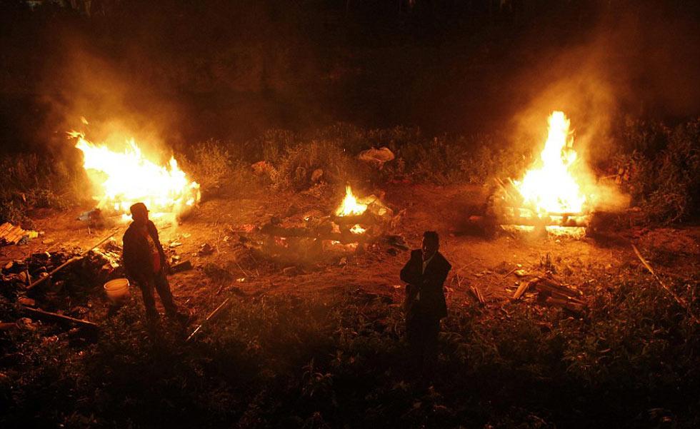 尼泊尔为数千遇难者举行集体火葬