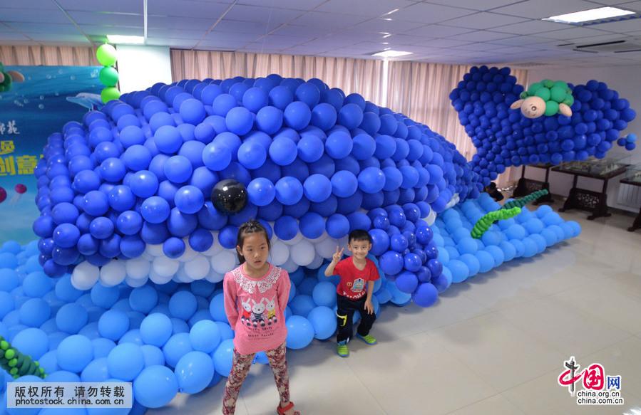 5月1日,市民在海洋总动员创意气球展上拍照留念(中国网图片库 郝群英摄)5月1日,市民在海洋总动员创意气球展上拍照留念(中国网图片库 郝群英摄)5月1日,市民在海洋总动员创意气球展上与蓝鲸气球造型拍照留念(中国网图片库 郝群英摄)