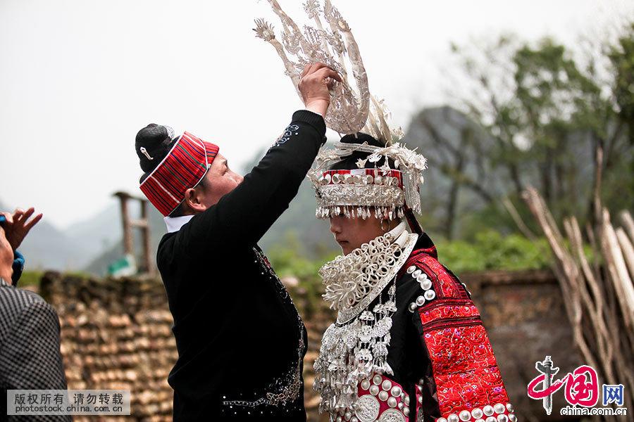 苗族姊妹节是台江苗族传统盛大的节日,展现了人类社会由母系氏族向父系氏族过渡期间的青年男女间热情奔放的情爱生活,是一个情与爱的节日,同时也是展示多姿多彩的苗族歌舞服饰艺术和丰富厚重的苗族文化底蕴的一个盛会。中国网图片库 张晖/摄