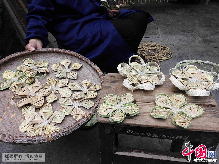 图为用稻草编织好的鳞片。中国网图片库 洪永林/摄