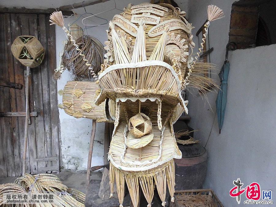 图为已经编织好的草龙龙头。中国网图片库 洪永林/摄