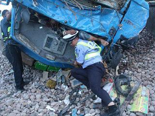 中国车祸视频集锦_交警为减轻车祸伤员痛苦 用后背托举3小时_ 视频中国
