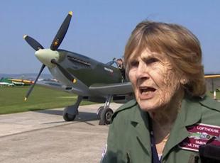 英國92歲二戰女飛行員再開戰機上天