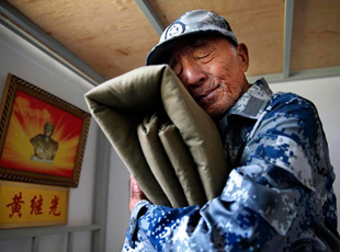黃繼光生前戰友重返英雄連:抱烈士棉被凝噎