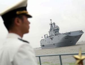 中國記者登上西北風艦一探究竟